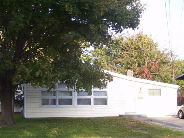 3 BR,  1.50 BTH  Ranch style home in Lindenhurst