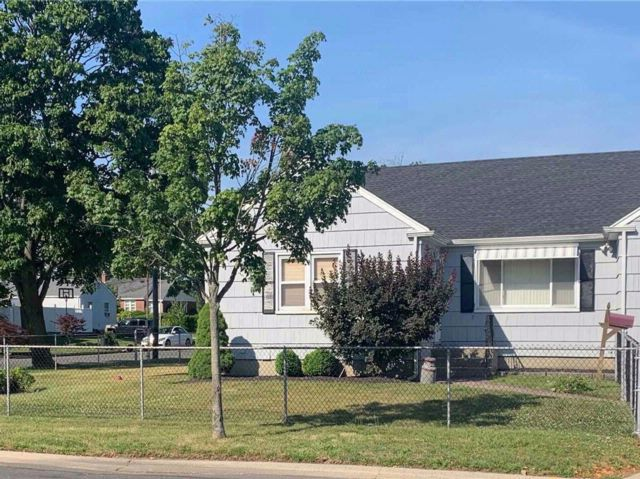 3 BR,  2.00 BTH  Ranch style home in Lindenhurst